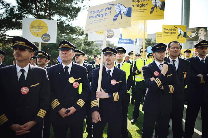 Пилоты немецкой авиакомпании Lufthansa протестуют часто и с удовольствием. Последняя заметная акция — три дня без полетов в конце марта этого года — против планов компании сократить расходы и пересмотреть положения трудовых договоров для менее опытных пилотов. В 2014 году забастовки принесли Lufthansa убытки в размере €232 млн