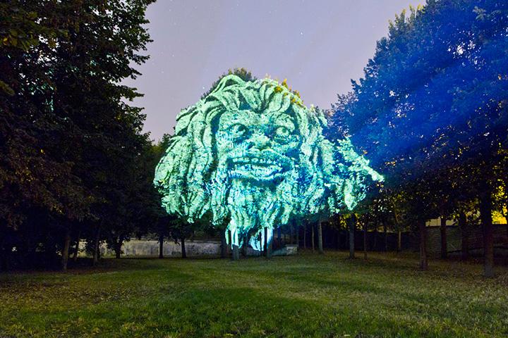 Видеопроекции «Face of Nature» Клемана Бриана особенно впечатляюще смотрятся во время легкого ветра, колышущего лица на деревьях