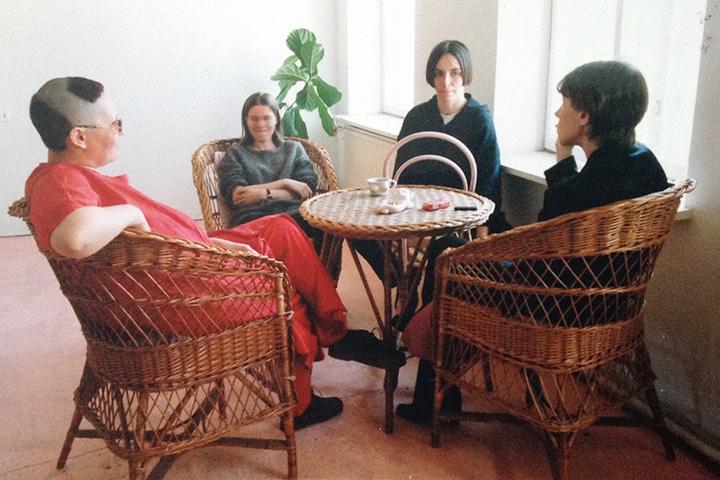 Ядро «Кибер-фемин-клуба»: Ирина Актуганова, Ольга Левина, Алла Митрофанова и Лена Иванова в клубе, 1998 год