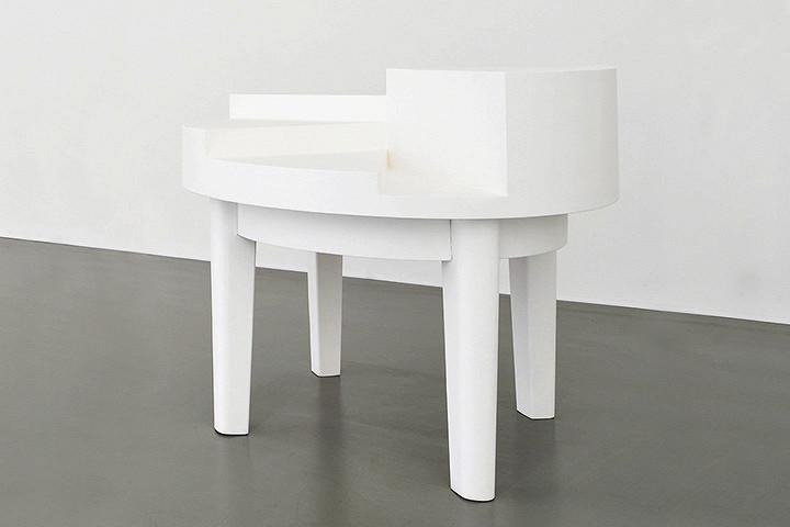 Инсталляция «Стол для дискуссий» не предполагала буквального использования, но посетители нашли удобным ставить на нее бокалы во время вернисажа