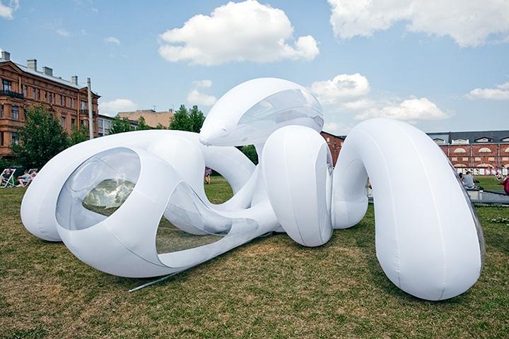 Надувная скульптура Саши Фроловой «Мираклоскоп» очень понравилась детям, которые прыгали на ней, как на батуте