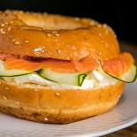Ресторан Дело вкуса - фотография 1 - наш бейгл с лососем и мягким сыром