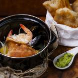 """Ресторан Ян Примус - фотография 5 - """"Котелок"""" рыбака с острым зеленым маслом и хрустящим домашним багетом"""