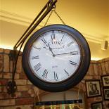 Ресторан Максимилианс - фотография 4 - двухсторонние часы