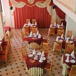 Ресторан Фантазия - фотография 2 - Широкие возможности для расположения столов, украшения зала и комфортного размещения всех гостей – это идеальное место, если Вы мечтаете о празднике в формате «пир на весь мир». Обратите внимание на высоту потолков! Она составляет 7 метров, что позволит Вам воплотить свои самые смелые фантазии в праздничном оформлении зала!