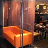 Ресторан Чашки - фотография 2 - Уютный зал с оборудованием для караоке и проекционным экраном.