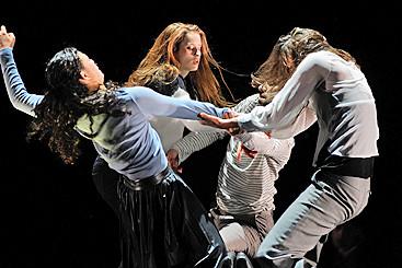 Дуэт индийской танцовщицы и хореографа из Бельгии, опера по Ибсену, мюзикл про запретную любовь и другие спектакли