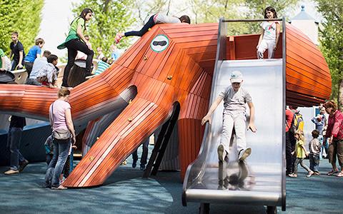 Почему парки покупают детские площадки, фонари и цветы за границей