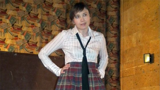 Почему Джон Леннон носит юбку