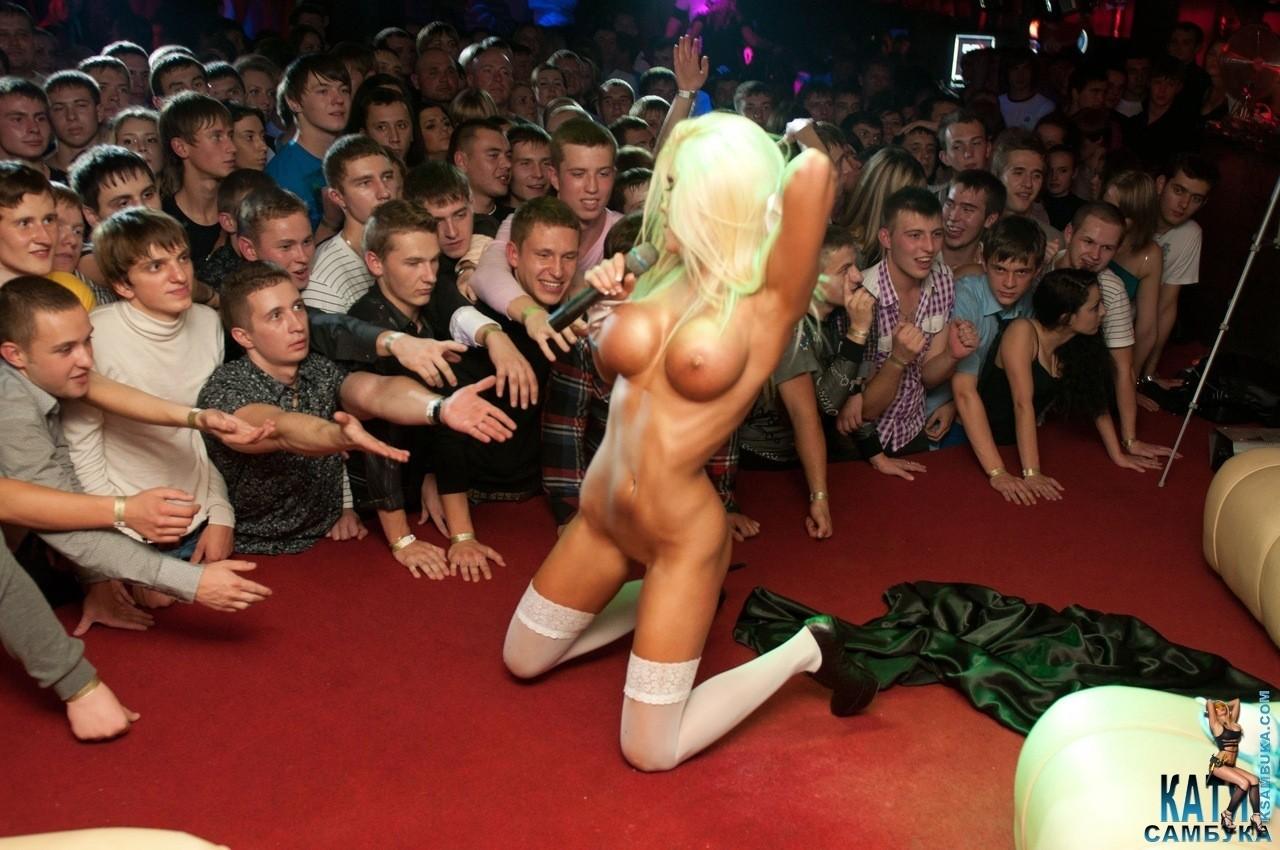 Смотреть видео эротических выступлений перед публикой, домашние фото огромных сисек
