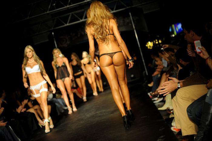 Показ мод нижнего белья эротического