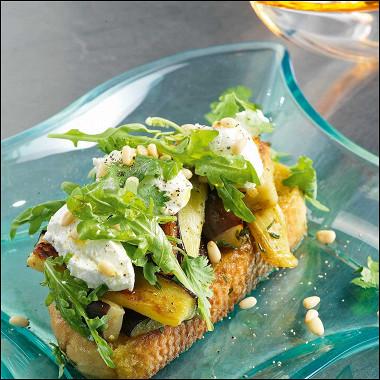 Рецепт Салат надеревенском хлебе сбаклажанами икозьим сыром