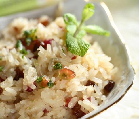 Индийский рис с кедровыми орешками и изюмом