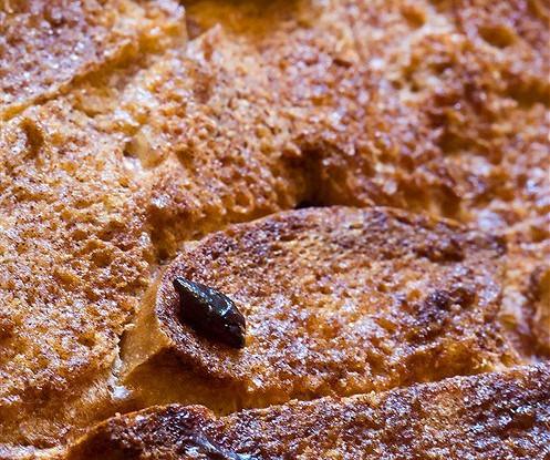 Хлебный пудинг с горьким шоколадом, перцем и корицей