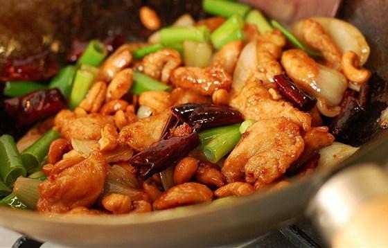Жареная курица с кешью и овощами