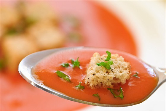 Суп из запеченных в духовке помидоров с базиликом и оливковыми гренками