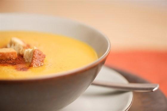 Холодный миндальный суп с виноградом и сухариками