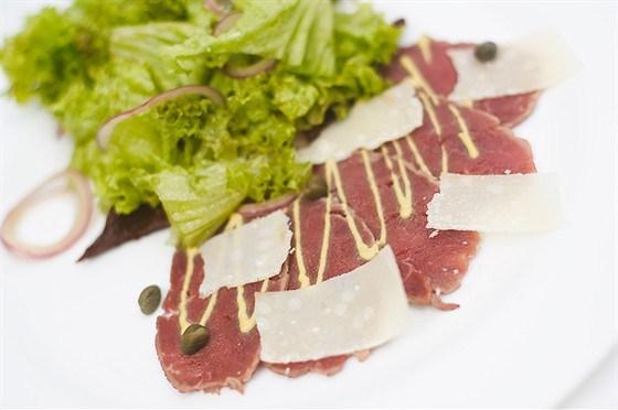 Подсушенное говяжье карпаччо с овощным салатом, имбирем и кориандром