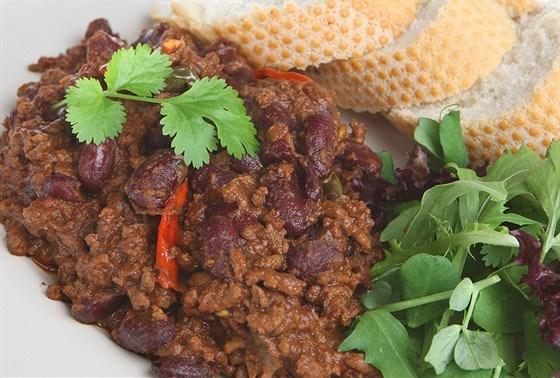 Горячий мясной салат с чили и соевым соусом