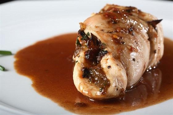 Маринованная курица со средне-острым красным соусом чили