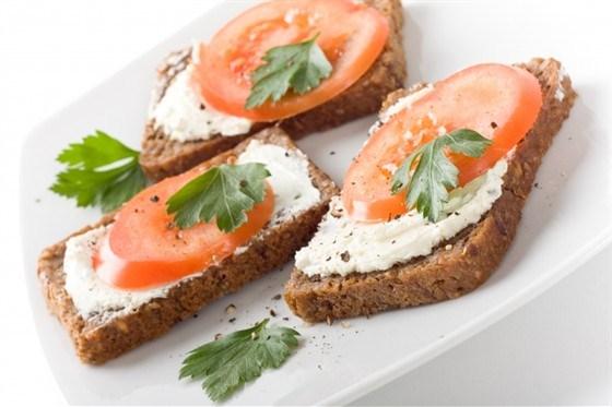 Бутерброды с помидорами и хреном