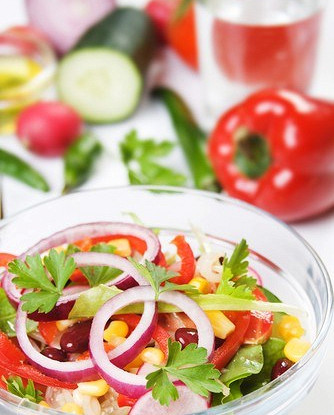 Разноцветный фасолевый салат с кукурузой