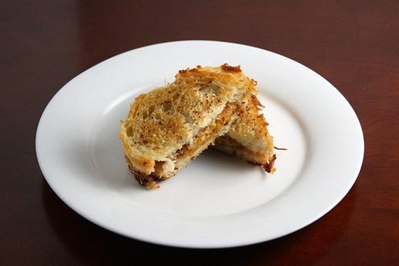 Жареные сэндвичи с беконом и грушей