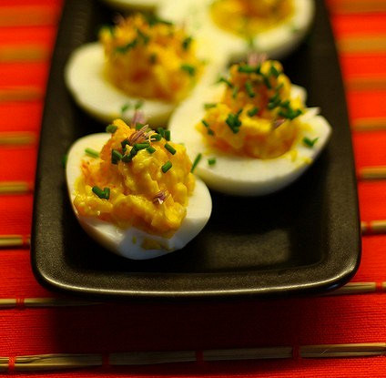 Фаршированные яйца с горчицей и зеленым луком