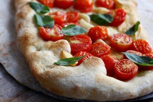 Фокачча с помидорами и чесноком