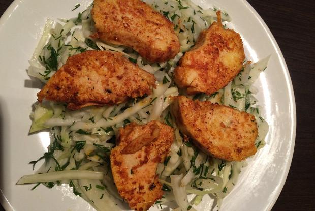 Капустный салат с пряной курицей
