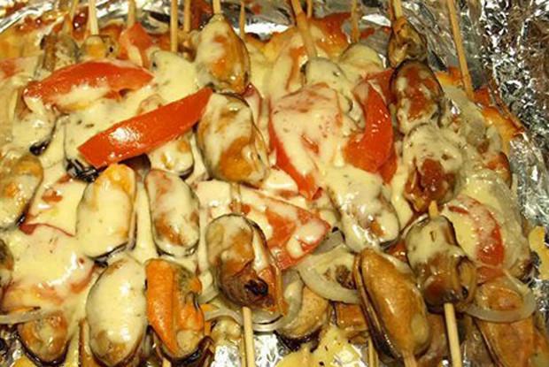 Мидии, запеченные с помидорами, сыром и луком