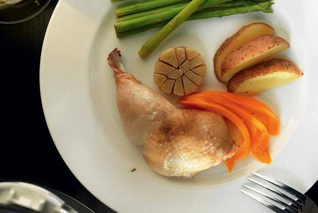 Курица с томленым чесноком, картофелем, зеленой спаржей и перцем