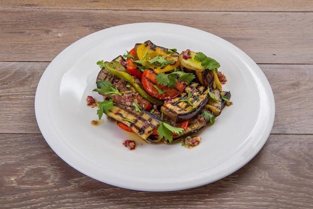 Салат из овощей на гриле и зелени