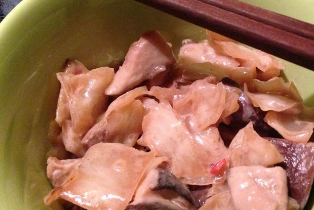 Капуста, жаренная в воке с грибами, рыбным соусом и кокосовым молоком