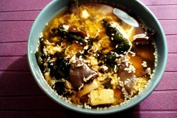 Суп кимчи с яйцом, тофу и древесными грибами моэр
