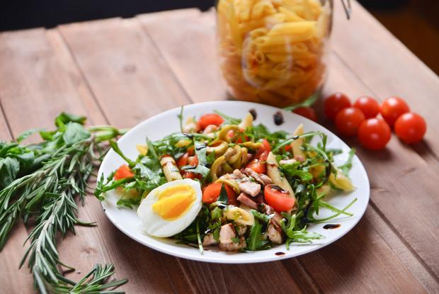 Холодный салат с пастой пенне и курицей