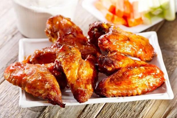 Запеченные куриные крылья в сладко-остром соусе