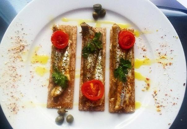 Корюшка с каперсами и помидорами черри