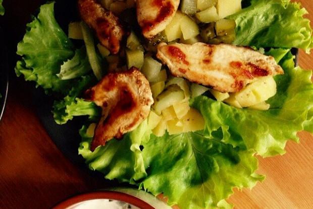 Салат из курицы с соусом