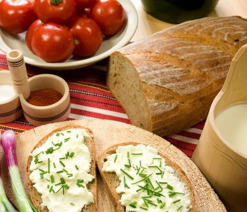 Бутерброды с творожным кремом и луком