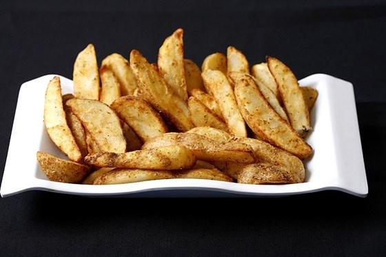 Хрустящие картофельные дольки в специях