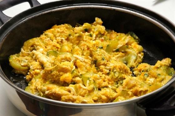 Соленая треска с картофельной соломкой и болтуньей