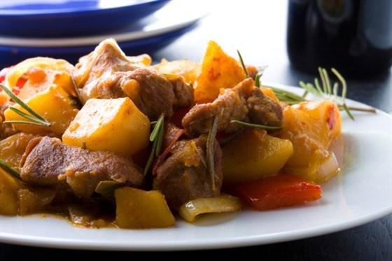 Острое свиное рагу с парикой, перцем чили и картофелем