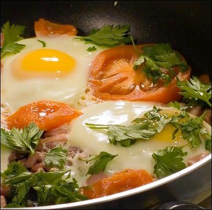 Яйца, запеченные с помидорами