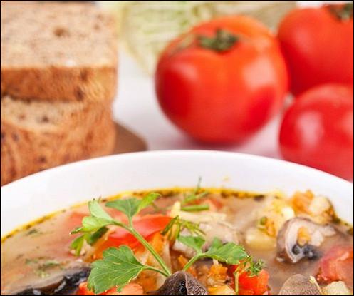 Говяжий суп с грибами и томатами