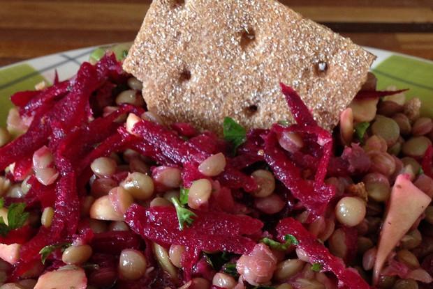 Салат из чечевицы, свеклы и арахиса
