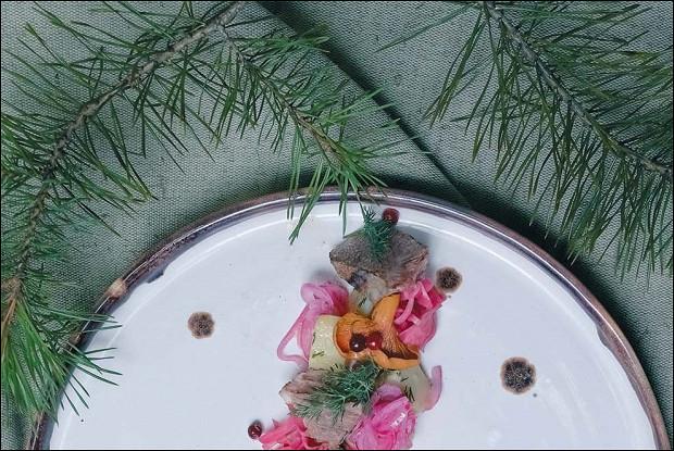 Коми-пермяцкий салат с солониной из лосятины, квашеной капустой, моченой брусникой и толченым картофелем