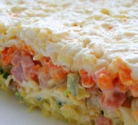 Слоеный салат с грибами, ветчиной и плавленым сыром