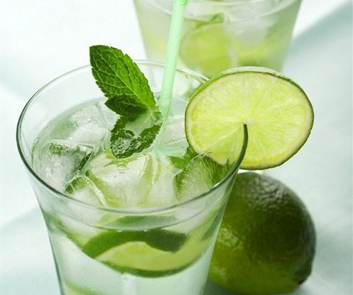 Водка с лимонадом и розмарином