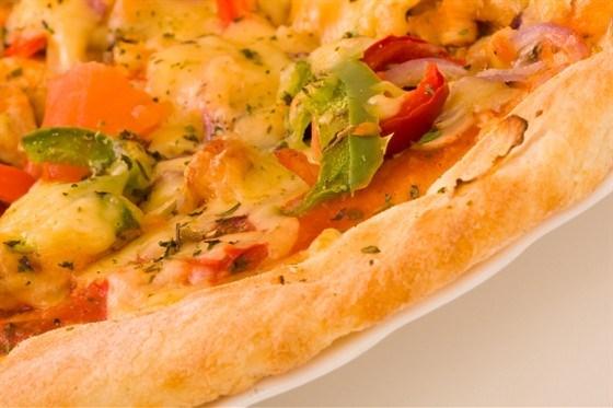 Пицца с зеленым перцем и черри